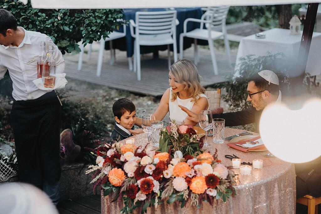 Младоженец подава ръка на дете по време на еврейска сватба в ресторант Московска 15. A groom giving a high five to a child during a jewish wedding at Moskovska 15 restaurant.